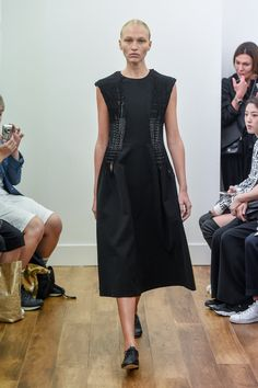 See the complete Noir Kei Ninomiya Spring 2016 Ready-to-Wear collection.