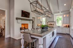Charming farmhouse double height white kitchen with fireplace - Home Professional Decoration White Kitchen Cabinet Doors, White Kitchen Cabinets, Kitchen Pantry, Kitchen White, Island Kitchen, Modern Farmhouse Kitchens, Home Kitchens, Industrial Farmhouse, Home Luxury
