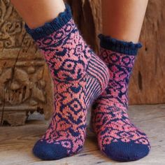 Socks with Jacquard Pattern for ladies - free pattern Knitting Patterns Free, Free Knitting, Free Pattern, Knitting Socks, Knit Socks, Cosy Socks, Warm Socks, Knitted Booties, Yarn Store