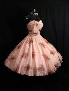too gorgeous<3 if i could wear this to prom...oh goodness