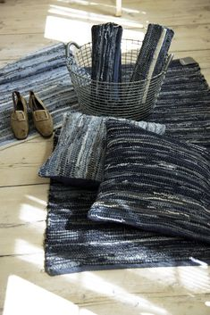Looks like denim in these rag rugs: Loom Weaving, Hand Weaving, Rag Rug Diy, Dyi Rugs, Braided Rag Rugs, Rag Rug Tutorial, Denim Rug, Weaving Textiles, Recycled Denim