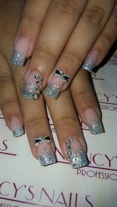 Uñas acrilicas con glitter color plateado, cristales y chonguito de joyeria