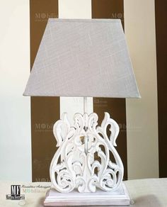 Lampada da Tavolo Legno con struttura inlegno bianco anticatoe paralume in tessuto dallo stile unico ed esclusivo. Scopri le eccezionali e nuove promozioni su MobilaStore.