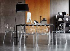 #chaises #transparentes #bureau #gris #ordinateur #lampe