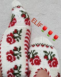 Fotoğraf açıklaması yok. Christmas Stockings, Fendi, Socks, Knitting, Holiday Decor, Crafts, Instagram, Slippers, Handarbeit