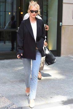 Rosie Huntington-Whiteley flaunted her long lean legs when steppin… Street style! Rosie Huntington-Whiteley flaunted her long lean legs Rihanna Street Style, Model Street Style, Berlin Street Style, Street Style Outfits, Street Style Summer, Edgy Outfits, Classy Outfits, Fashion Outfits, Blazer Fashion