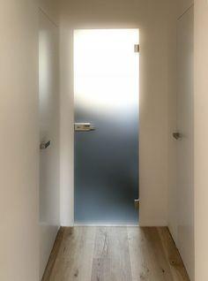 Celoskleněné dveře jsou oblíbeným řešením splňující veškeré představy o funkčním, praktickém a nadčasovém prvku v jakémkoliv moderním interiéru. Použitím systému VITRUM můžeme dnes osadit sklo i do skryté zárubně. Dodáváme jak skla čirá, tak satinovaná /pískovaná/ nebo s různými dekory a vzory. Kalené sklo použité pro celoskleněná křídla zaručuje tuhost a bezpečnost celého systému a odděluje jednotlivé prostory v interiéru. Bathtub, Mirror, Bathroom, Furniture, Home Decor, Bath Tube, Bath Tub, Mirrors, Bathrooms