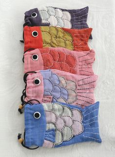 Colorful Fish Bag (no tutorial but nice examples) Sewing Projects For Kids, Sewing For Kids, Sewing Crafts, Fabric Bags, Fabric Scraps, Fish In A Bag, Fish Bags, Fabric Fish, Handmade Purses