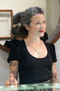 Growing Gray In the Workplace: 5 Stages Anna Sheffield – Gray Goddess, talented jewelry designer and business owner. Grey Hair Inspiration, Mode Inspiration, Going Gray Gracefully, Grey Hair Don't Care, Gray Hair Growing Out, Salt And Pepper Hair, Beautiful Old Woman, Pelo Natural, Advanced Style