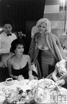 the eyes definitely say it - sophia loren & jayne mansfield Old Hollywood, Hollywood Glamour, Hollywood Stars, Classic Hollywood, Classic Actresses, Beautiful Actresses, Actors & Actresses, Jayne Mansfield, Photos Des Stars