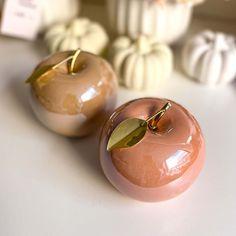 Igazán tökéletes őszi kiegészítő a lakásodba ez a kerámia alma dekoráció. A termék pasztell rózsaszín és barack színben elérhető. Kérlek a megjegyzés rovatba írd be melyiket szeretnéd. A termék mérete: 10×8 cm Az itt látható dekoráció készleten van, az aktuális árukészletünk része. Pearl Earrings, Pearls, Jewelry, Pearl Studs, Jewlery, Jewerly, Beads, Schmuck, Jewels