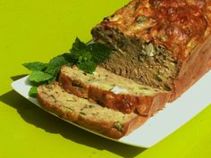 Une recette de cake courgette feta menthe : super moelleux et frais, idéal pour vos repas d'été, pique nique, barbecue...