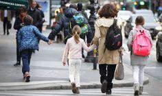 Instituições de ensino francesas ajudam os pais a superar o trauma dos atentados terroristas sem esconder a tragédia de seus filhos