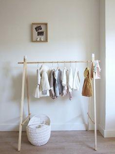 cómo hacer un perchero infantil de madera diy Wood Clothing Rack, Wooden Clothes Rack, Diy Clothes Rack, Toddler Floor Bed, Kids Bedroom, Bedroom Decor, Shower Bebe, Craft Show Displays, Wooden Diy