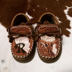 Oh my goodness 😍😍😍 Baby Boy Tooled Sperrys Want your Sperrys tooled? Send me a Message! Western Baby Clothes, Western Babies, Cute Baby Clothes, Western Shoes, Baby Boy Shoes, Baby Boy Outfits, Kids Outfits, Baby Boy Cowboy, Mini