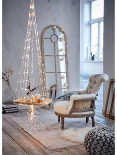 Wie wäre es mit einem Spiegel in Form eines Fensters? Spiegel lassen eure Räume größer und eleganter wirken.