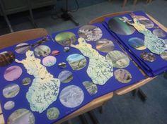 """Käsinkosketeltavat Suomet saavat rinnalleen """"kaukoputkikuvia"""" Suomen Luonto -lehdistä. Lehden kuvat ympyräsabluunan läpi katseltuina auttoivat katsomaan """"tarkemmin"""" ja näkemään enemmän. Pohdittiin, mistä päin Suomea kuvat voisivat olla. Lisukkeena eläinkuvia. Tässä kaikki vasta sinitarralla sommiteltuina, huomenna jotain lisää, kaupunkeja punaisilla palloilla, naapureiden nimet rajoille ymsyms. ja toistaiseksi puuttuva Ahvenanmaa! (Alakoulun aarreaitta FB -sivustosta / Leena…"""