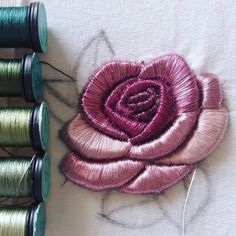 Hand Embroidery Tutorial, Embroidery Patterns Free, Rose Embroidery, Textile Patterns, Embroidery Applique, Cross Stitch Embroidery, Tambour Beading, 3d Rose, Brazilian Embroidery