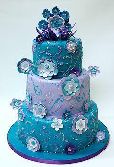 Gâteau d'anniversaire ou mariage.  Couleurs vraiment belles.