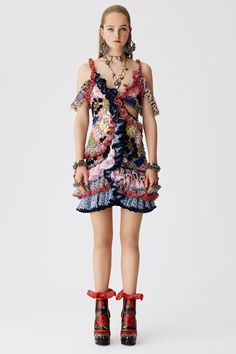 See the complete Alexander McQueen Resort 2017 collection.