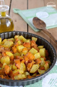 Patate al forno con la zucca (potatoes in the oven with pumpkin) Salad Recipes, Vegan Recipes, Cooking Recipes, Vegetable Side Dishes, Vegetable Recipes, Antipasto, Easy Cooking, Healthy Cooking, Cooking Pasta