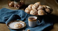 Pirított mandulás habcsók | Street Kitchen Pavlova, Meringue, Stuffed Mushrooms, Muffin, Vegetables, Breakfast, Tableware, Kitchen, Food