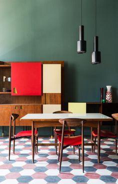 Dans la partie hôtel, sur un sol en carreaux de ciment d'origine, des pièces vintage voisinent avec d'autres spécialement réalisées pour le projet par des studios de designers tels que Leftover ou Mezzo Atelier.