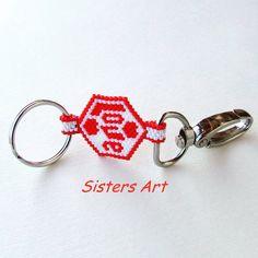 """Portachiavi """"♥Love♥"""" realizzato con perline Miyuki delica, by Sisters Art, in vendita su http://www.misshobby.com/it/negozi/sisters-art"""