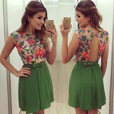Excelente vestido con descote verde
