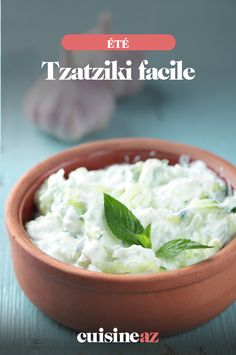 Voici une recette de tzatziki au concombre pour une entrée facile à cuisiner. #recette #cuisine #tzatziki #concombre #entree #ete Tzatziki Sauce, Greek Tzatziki Recipe, Tzatziki Recipes, Guacamole, Greek Yogurt Sauce, Greek Dinners, Greek Recipes, Original Recipe, Entrees
