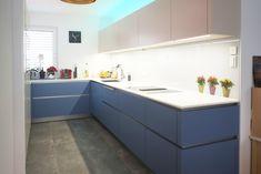 Farbenfroh ist diese Ewe Küche! Auch die Glasrückwand mit Blumentopf Print ist etwas Besonderes! Mehr Inspiration gibt es auf unserer Website: Kitchen Island, Kitchen Cabinets, Küchen Design, Home Decor, Kitchen Inspiration, Island Kitchen, Decoration Home, Room Decor, Cabinets