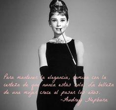 """""""Para mantener la elegancia, camina con la certeza de que nunca estás sola. La belleza de una mujer crece al pasar los años"""". Audrey Hepburn"""