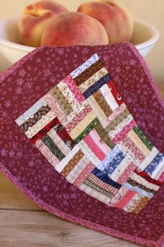 A miniature Rail Fence quilt displayed on a wooden antique table with a fruit bowl. Small Quilts, Easy Quilts, Mini Quilts, Dollhouse Quilt, Dollhouse Miniatures, Scrapbook Bebe, Rail Fence Quilt, Mini Quilt Patterns, Place Mats Quilted
