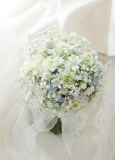 クラッチブーケ 如水会館様へ カスミソウと淡色草花 : 一会 ウエディングの花