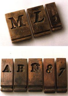 La Matriz  Con el punzón y la barra de acero templado se golpeaba el cobre o el latón en ella y ahí se quedaba la huella en negativo de la letra. A partir de esas letras , en la matriz, servirán de modelo para crear el tipo móvil.