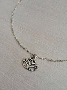 Was erhalten Sie: ↞ 1 Lotus Anhänger auf eine farbige Silberkette in Ihrer Wunschlänge ↞ 1 kleines Geschenk Beutel ideal für Geschenke  Maße: ↞ Choker = 13,5 mit 2 Extender Kette ↞ halber Länge = 18 mit 2 Extender Kette (wie im ersten Bild zu sehen!)  ↞ Anhänger = 17x14mm  Vielen Sie Dank für die Anzeige und zögern Sie bitte nicht uns zu kontaktieren wenn Sie Fragen haben!  Auch verfügbar auf einem verstellbaren gewachste Schnur Halskette: www.etsy.com/uk/listing&#x2F...