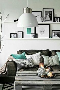 Tablillas son perfectas. color blanco en paredes y sofas entre gris y toques turquesas