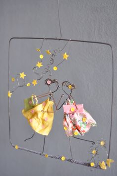 Kissing under the stars wire art Wire Crafts, Diy And Crafts, Crafts For Kids, Arts And Crafts, Paper Crafts, Wire Art Sculpture, Craft Projects, Projects To Try, Art Du Fil