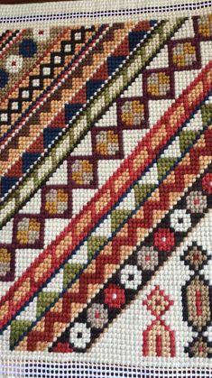 Claudia Medinaceli Bordados Agujas que pintan. Bargello Needlepoint, Needlepoint Stitches, Cross Stitch Embroidery, Embroidery Patterns, Cross Stitch Patterns, Diy Finger Knitting, Palestinian Embroidery, Needlepoint Designs, Diy Crafts Hacks