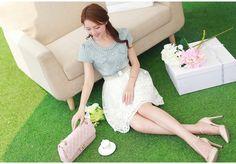 ชุดเดรสสั้น เดรสเสื้อยีนส์สีซีด คอเสื้อประดับด้วยมุกและคริสตรัลใส กระดุมหลอกที่อกเสื้อ ซิบด้านข้างลำตัว กระโปรงผ้าไหมแก้วสีขาวปักลายดอกไม้ ซับในด้วยผ้าซาตินสีขาว