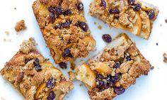Deze appel crumble repen maak je eenvoudig met 7 ingrediënten. Net zo lekker als appeltaart, maar dan veel gemakkelijker. Vegan, zonder ei, gluten & suiker. Sugar Free Recipes, Sweet Recipes, Baking Recipes, Snack Recipes, Dessert Recipes, Healthy Recipes, Healthy Bars, Healthy Treats, Healthy Baking