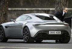 James Bond 007 e l'Aston Martin DB a Roma. Buche permettendo...