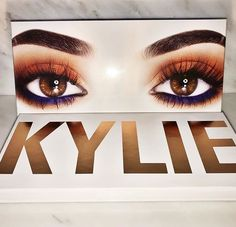 On the night prior to NYE, Kylie Jenner released a sneak peek of her Kylie Cosmetics Royal Peach KyShadow palette, where information about the packaging and included tools was shared. Makeup On Fleek, Kiss Makeup, Beauty Makeup, Hair Makeup, Kyshadow Palette, Makeup Palette, Kylie Jenner Makeup, Kendall Jenner, Makeup Goals