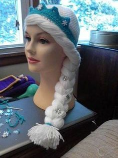 crochet elsa hat pattern not shown, but great inspiration! Crochet Amigurumi, Crochet Beanie, Crochet Toys, Crochet Baby, Knit Crochet, Frozen Crochet Hat, Crochet Kids Hats, Crochet Crafts, Crochet Projects