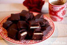 Favorittkonfekten til jul! Hjemmelaget Troika er som regel den konfekten som forsvinner fortest fra konfektskålen. Konfekten består av lag av marsipan, nougat og bringebærgelé, som dyppes i mørk sjokolade. Selv oppbevarer jeg en boks med Troikakonfekt i kjøleskapet i hele desember, og jeg må som regel lage ny runde før julen starter.