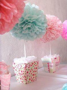 Centro de mesa com pompons - tons suaves | Macetes de Mãe