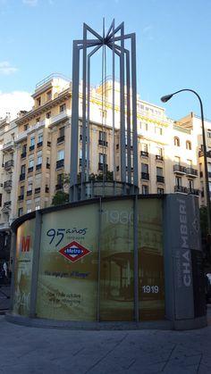 La antigua estación de metro de Chamberí, cerrada desde 1966, es ahora un museo de la historia del metro de Madrid. Aunque pasemos todos los días con el metro sin parar por esta estación fantasma mucha gente no lo sabe, pero se puede visitar gratuitamente.