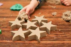 Kinetic Sand, arena cinética o arena de modelaje, ¡para jugar en interiores! Educational Toys For Toddlers, Activities For Kids, Toddler Toys, Baby Toys, Sand Play, Kinetic Sand, Enjoy Summer, Treasure Boxes, Sensory Play