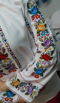 Simple Cross Stitch, Beaded Cross Stitch, Cross Stitch Borders, Cross Stitch Flowers, Chain Stitch, Cross Stitch Patterns, Mexican Embroidered Dress, Mexican Embroidery, Embroidered Clothes