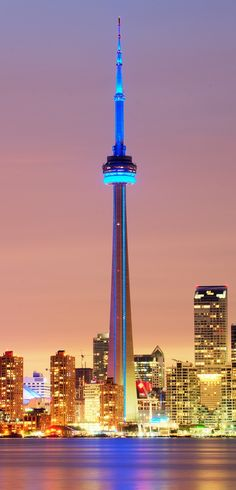De CN Tower in Toronto in Canada , ontworpen door de Architect John Andrews.
